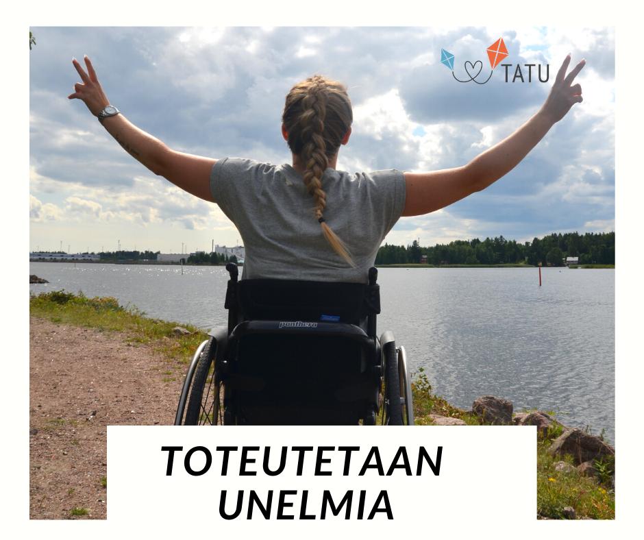 """Nuori nainen istuu rannalla pyörätuolissa. Aurinkoinen kesäpäivä. Teksti """"Toteutetaan unelmia""""."""